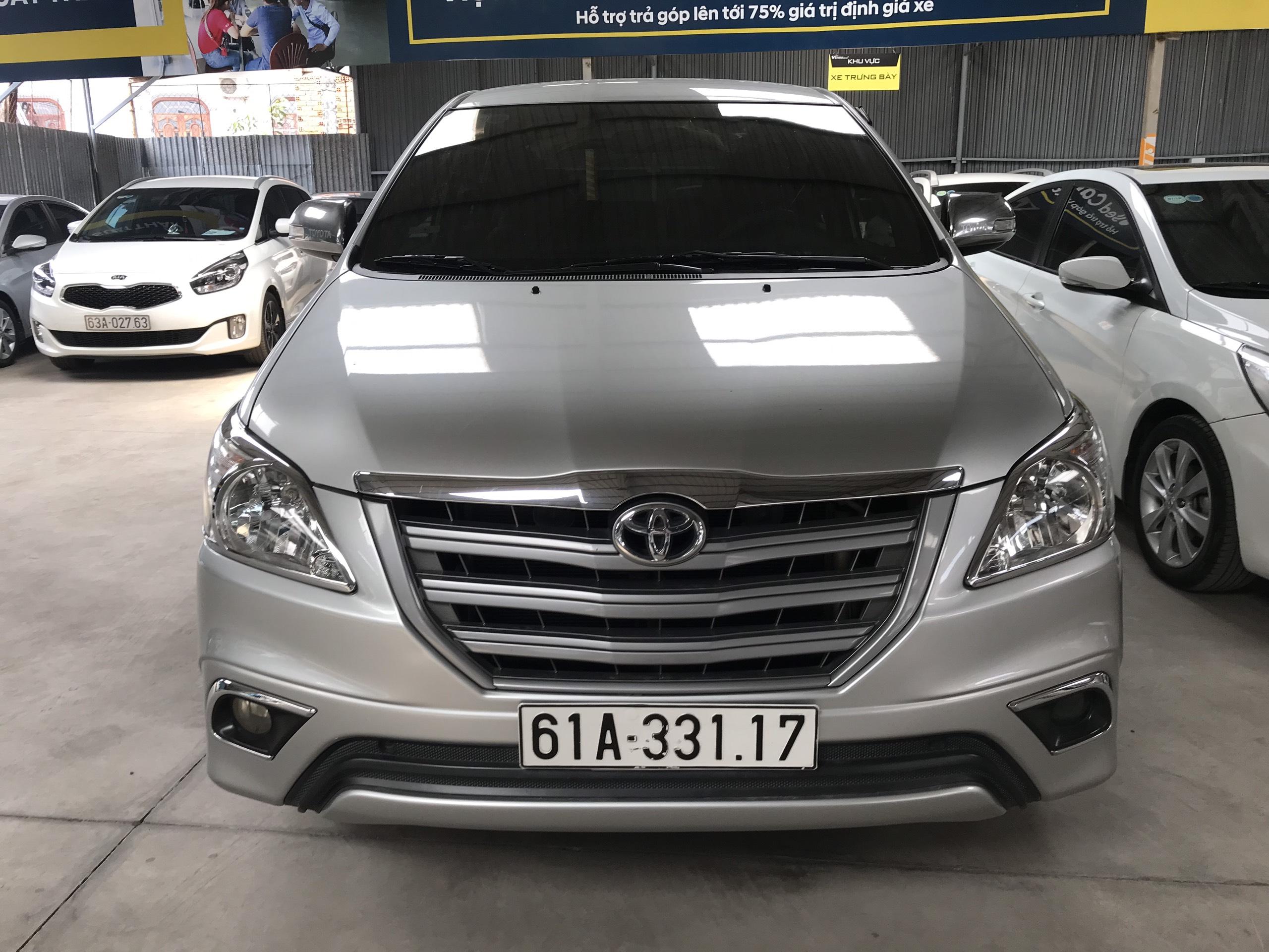 Bán Toyota INNOVA 2.0E màu bạc số sàn sản xuất 2016 biển Bình Dương đi 72000km