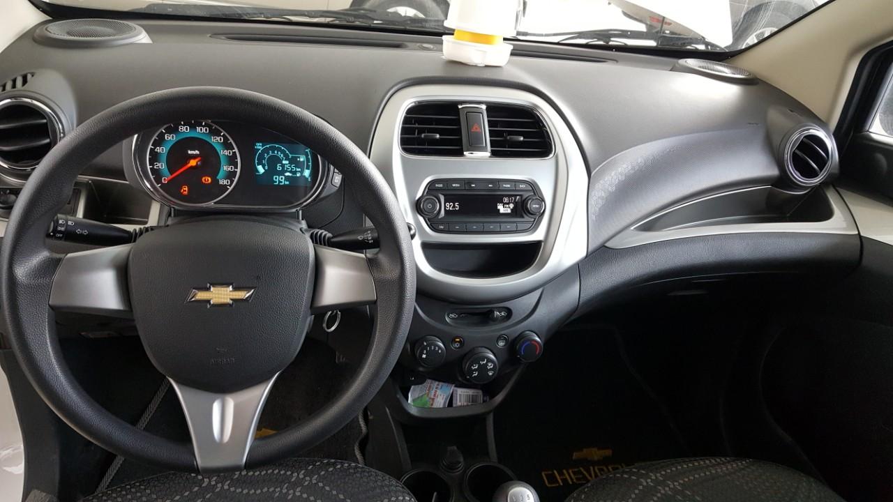 Bán Chevrolet Spark LS 1.2MT màu trắng số sàn sản xuất 2018 biển Bình Dương mẫu mới đi 6000km