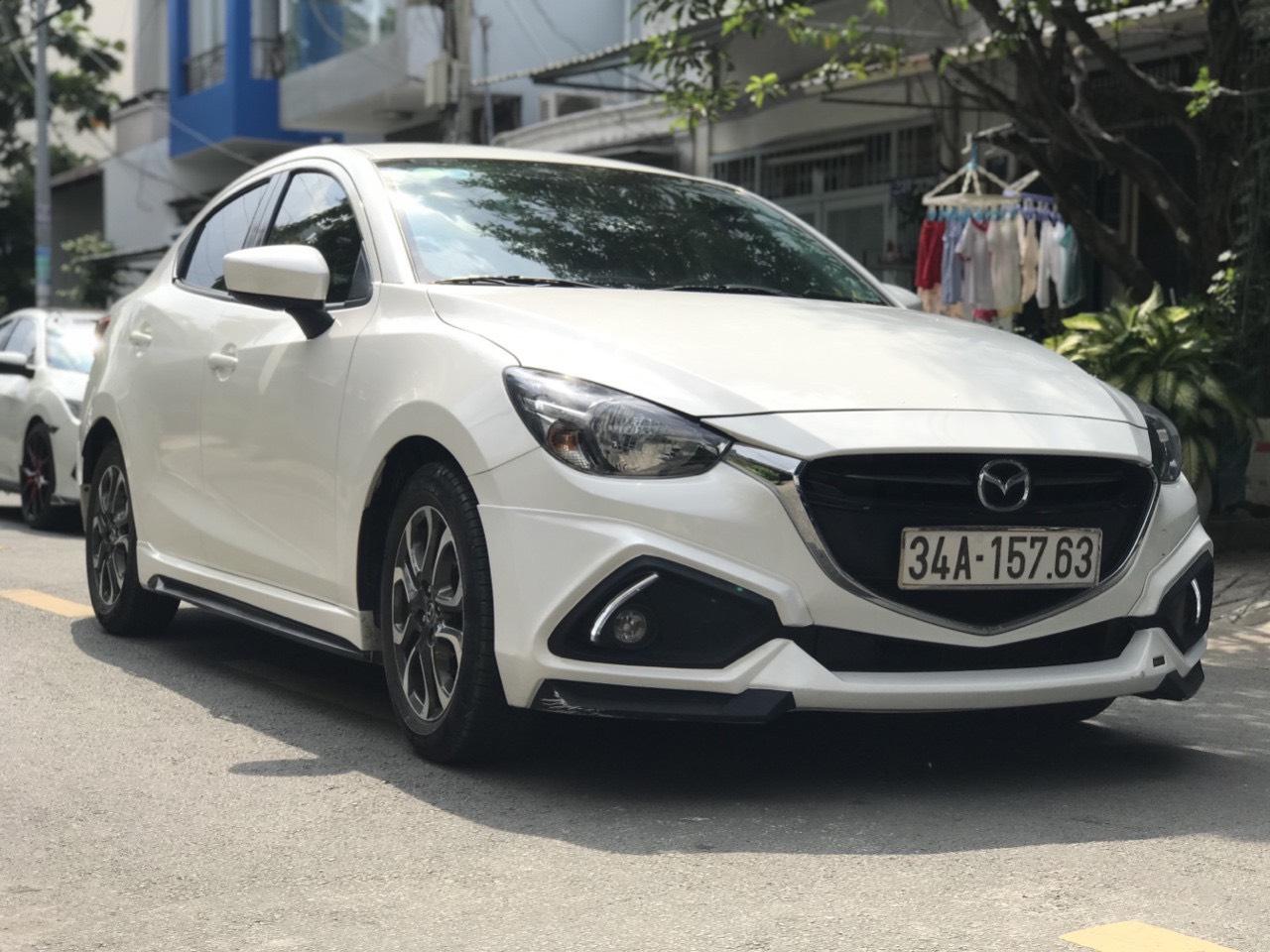 Bán Mazda 2 sedan 1.5AT màu trắng số tự động sản xuất 2016 đi 9000km