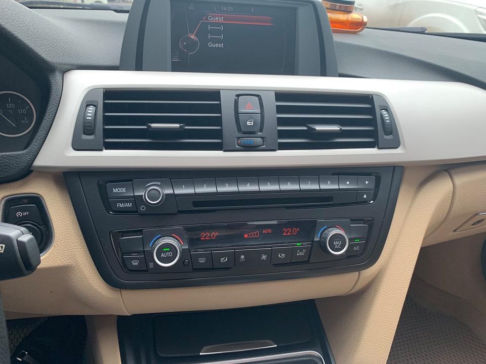 Cần bán xe BMW 320i 2014 đk 2015 số tự động màu trắng