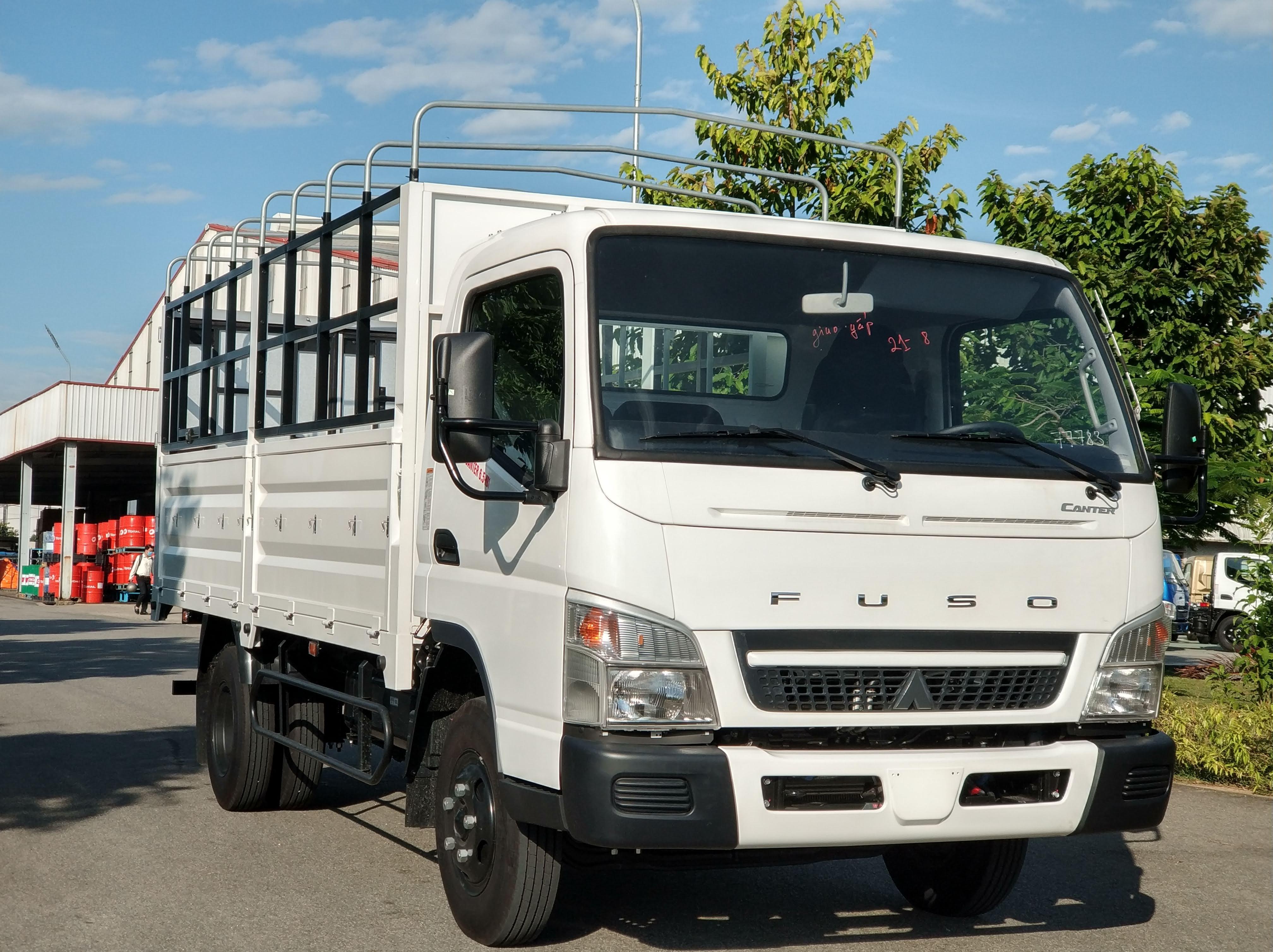 Xe tải Fuso canter 6.5 tải trọng 3,5 tấn . Khuyến mại sốc tháng 8