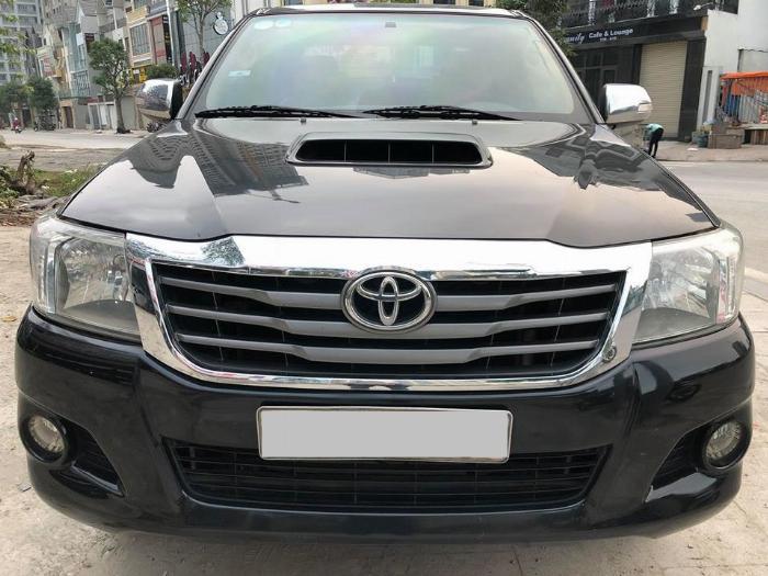 Cần bán xe Toyota Hilux bán tải máy dầu 2015 màu đen biển tp 2