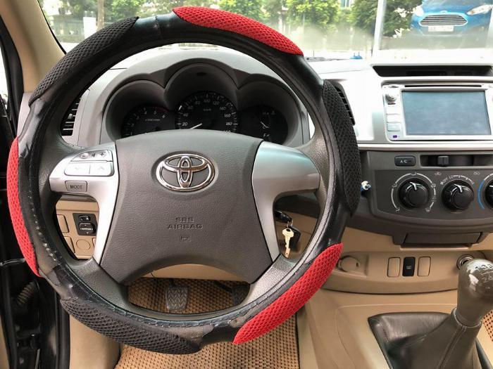 Cần bán xe Toyota Hilux bán tải máy dầu 2015 màu đen biển tp 1