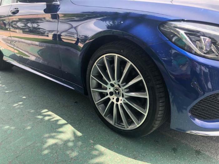 Em cần bán chiếc Mercedes C300 sx 2018 số tự động 9 cấp màu xanh đại dương
