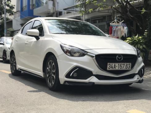 Bán Mazda 2 sedan 1.5AT màu trắng số tự động sản xuất 2016 đi 9000km 0