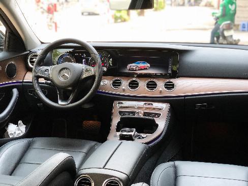 Bán gấp Mercedes E200 2019 cũ màu Đen chính chủ chạy lướt 5