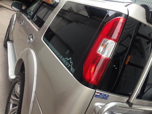 Cần bán xe Ford Everest máy dầu 2009 số tự động màu Hồng phấn