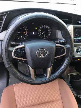 Cần bán xe Toyota Innova E 2017 số sàn màu xám 3