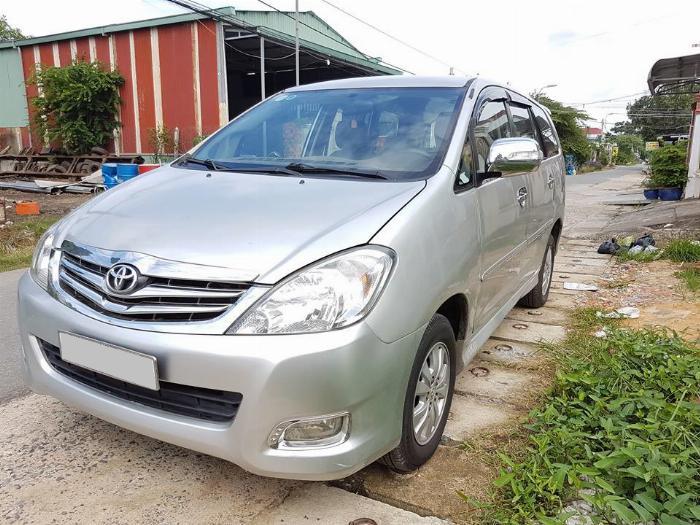 Cần bán xe Toyota Innova 2011 số sàn màu bạc,