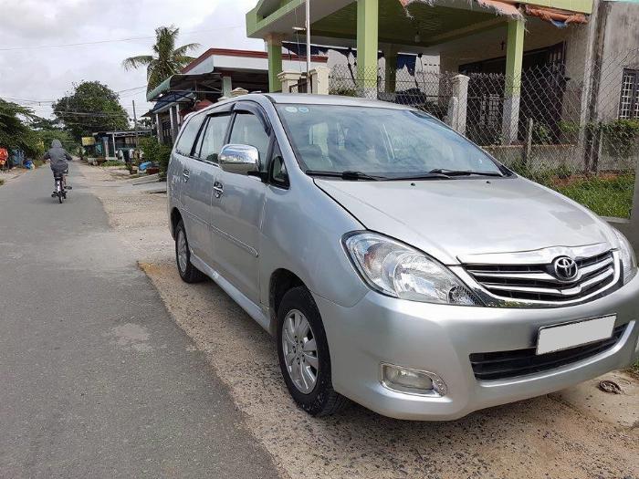 Cần bán xe Toyota Innova 2011 số sàn màu bạc, 1