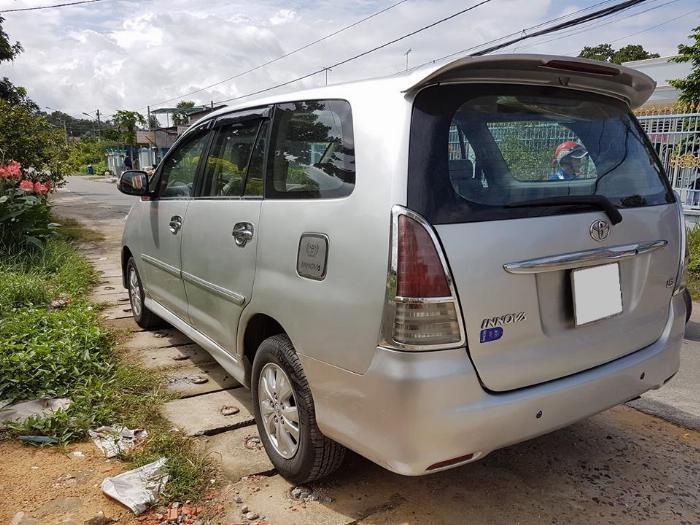 Cần bán xe Toyota Innova 2011 số sàn màu bạc, 4