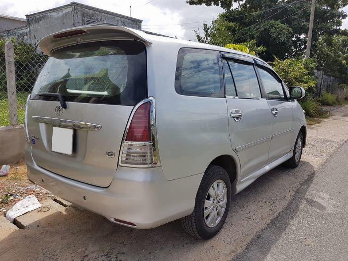 Cần bán xe Toyota Innova 2011 số sàn màu bạc, 5