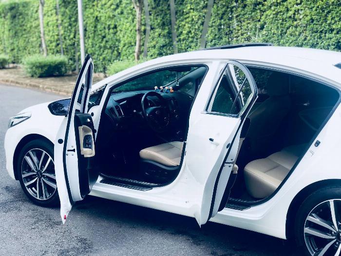 Cần bán xe Kia Cerato 2017 số tự động màu trắng chính chủ