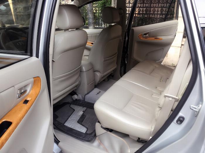 Cần bán Toyota Innova 2010 màu bạc số tự động