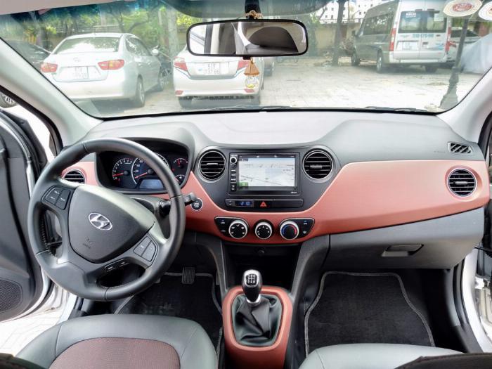 Bán Hyundai I10 số sàn 1.2 Hatchback 2018 màu bạc đẹp như mới. 3