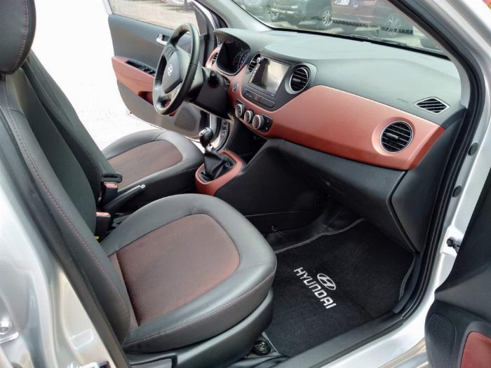 Bán Hyundai I10 số sàn 1.2 Hatchback 2018 màu bạc đẹp như mới. 4