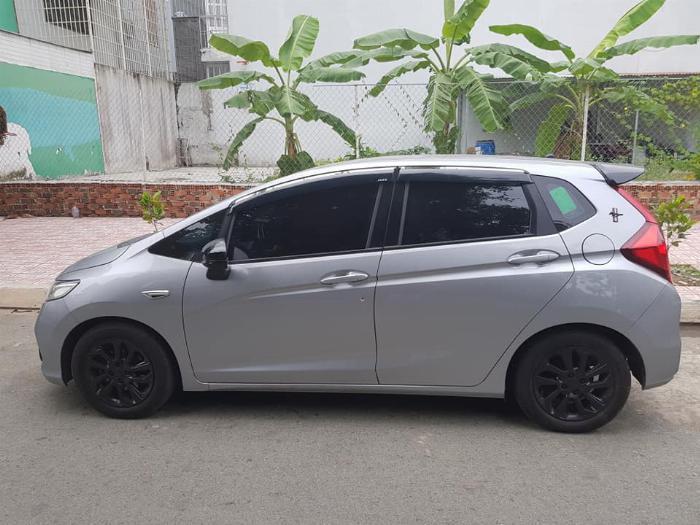 Bán xe Honda Jazz 1.5AT 2019 màu bạc, odo 8000 Km