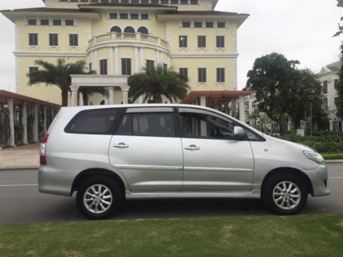 Nhà cần bán Innova 2012 màu bạc số sàn xe đẹp không suy nghĩ nhé 4