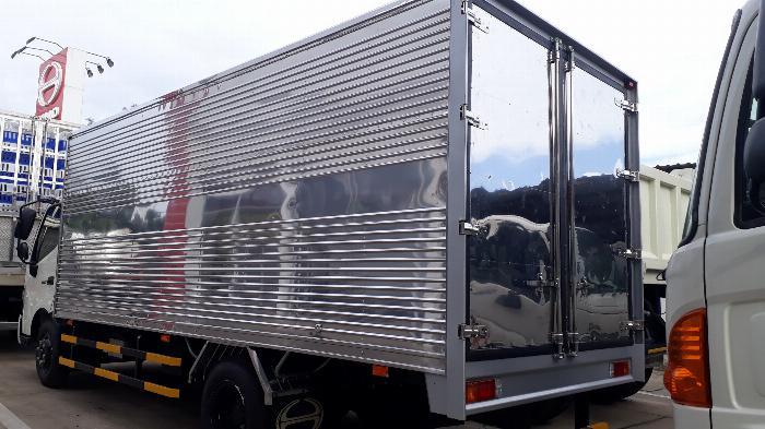 Giá xe tải Hino 5 tấn thùng kín - Mua xe tặng ngay 100 Lít dầu 2