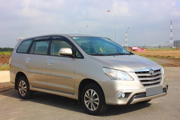 Bán Toyota Innova số sàn 2015 Vàng kim xe chính chủ. 4