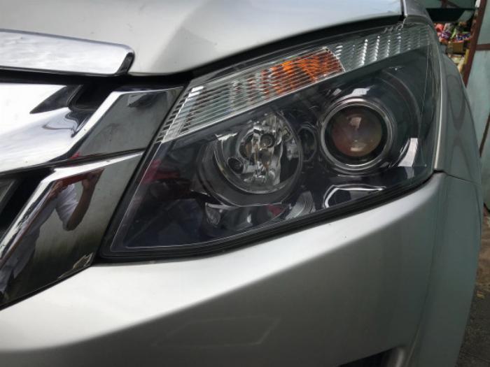 Gia đình cần bán xe Dmax 2015, số sàn, máy dầu, màu bạc