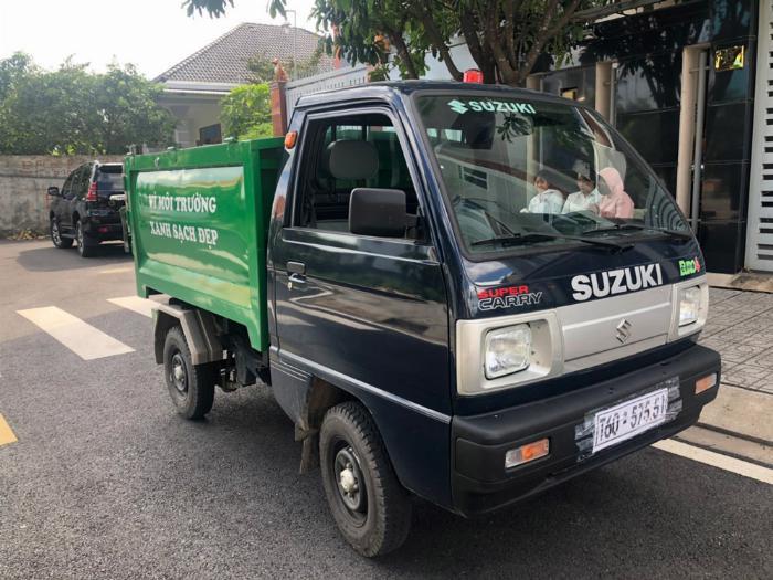 Xe ben chở rác suzuki 500kg thùng 2 khối vào hẽm 4