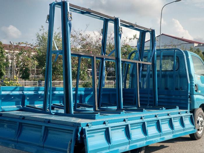 Bán xe tải động cơ hyundai 1t25 chở nhôm kính có giá chữ A
