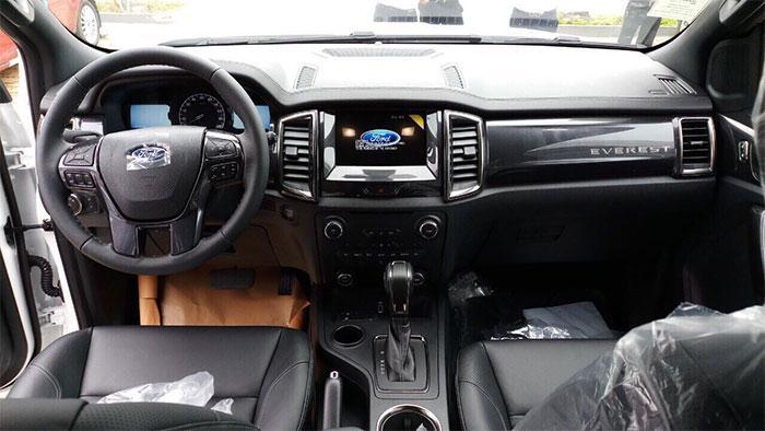 Ford Everest Ambient tồn kho 2018, 4x2 số sàn, giá 910 triệu