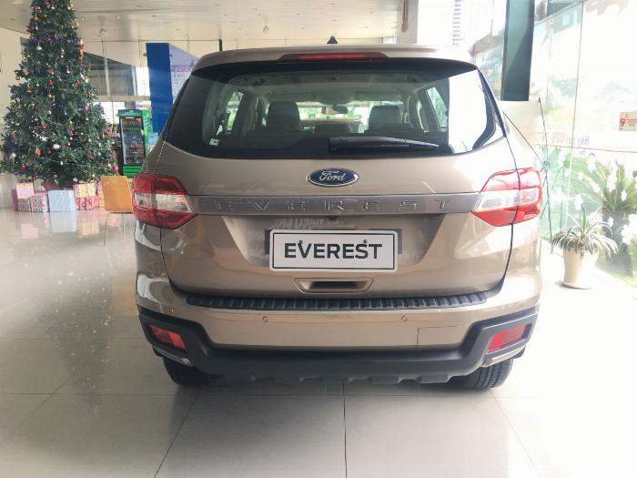 Ford Everest Ambient 4x2 AT tồn kho 2018, giá chỉ 970 triệu