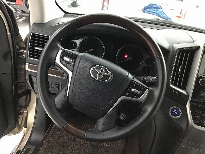 Bán Toyota Land Cruiser VX sản xuất 2017 màu nâu vàng 9
