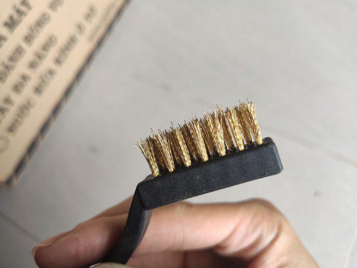 Bàn chải đồng cán nhựa cho tiệm sửa xe máy chuyên nghiệp