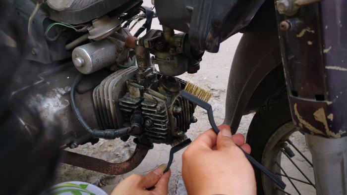 Làm sạch đầu bò, lốc xe máy với bàn chải chà rửa lốc máy chuyên dụng(1)