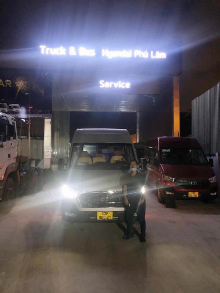 Bàn giao xe Solati 16 chỗ cho quý khách hàng ở Long An