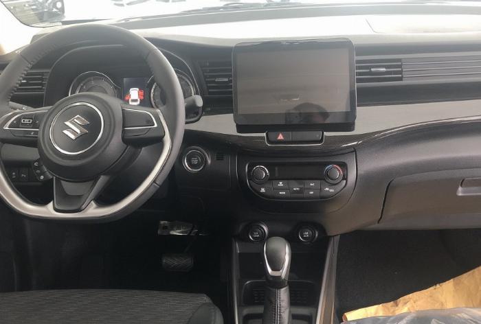 Khoang lái xe XL7