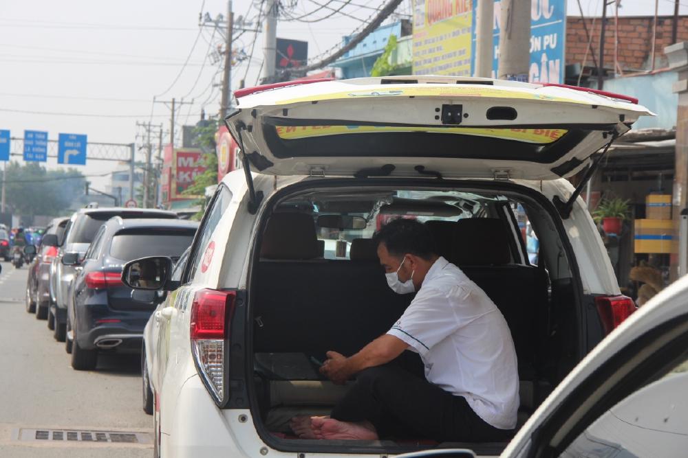 Ô tô xếp hàng 3 km, đợi nửa ngày để đăng kiểm