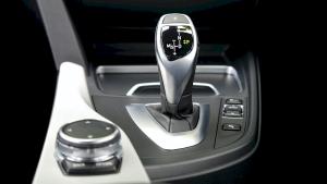 Hướng dẫn cách lái xe ô tô số tự động từ A - Z & kinh nghiệm lái xe an toàn