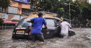 Kinh nghiệm lái xe ô tô mùa mưa lũ và cách xử lý sự cố
