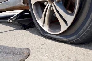 Hướng dẫn lái xe ô tô đúng cách khi bị thủng lốp giữa đường