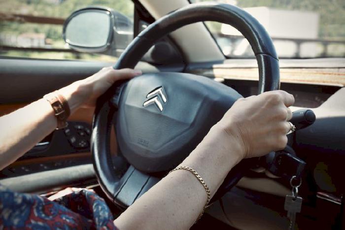 Cách cầm vô lăng khi lái xe