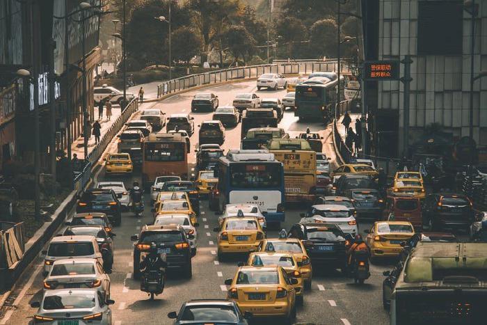 Giữ khoảng cách với các xe xung quanh