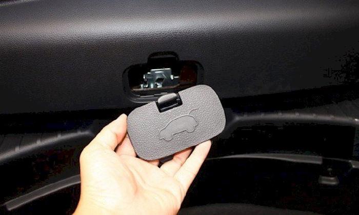 Nút bấm mở cốp nằm ở mặt bên trong của cửa khoang hành lý