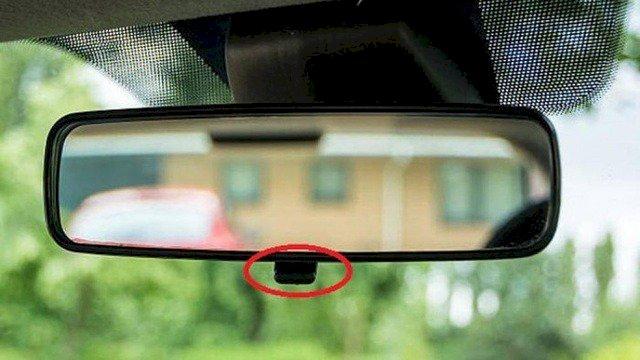 Lẫy nằm ở sau gương chiếu hậu đặt bên trong xe