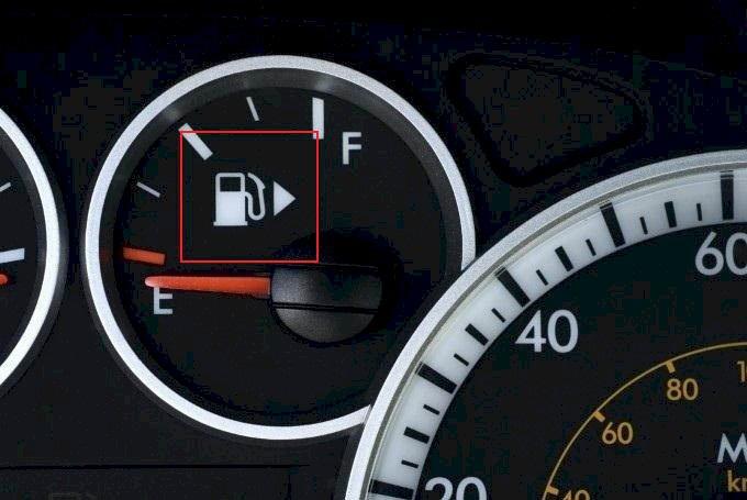 Hiển thị trên bảng táp-lô vị trí nắp bình xăng