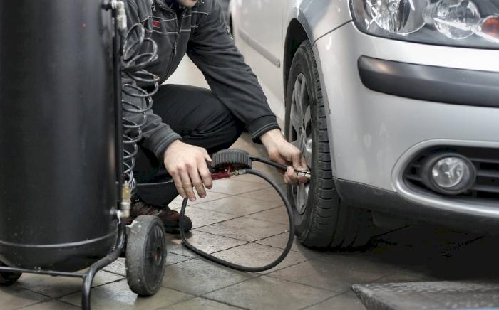 Kiểm tra phanh xe và lốp an toàn, nhiên liệu đầy đủ