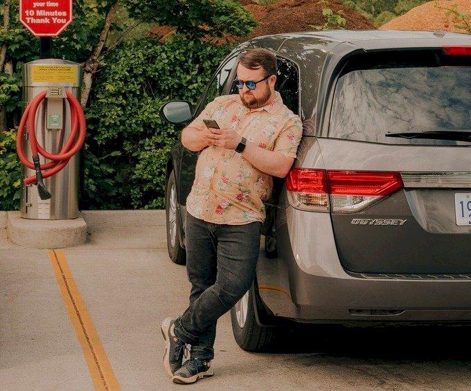 Will Clark bên chiếc Honda Odyssey mới mua. Ảnh: NY Times