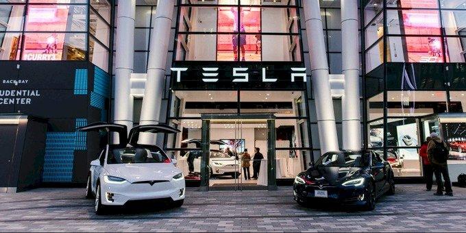 Cửa hàng Tesla ở Boston. Các showroom chỉ là nơi khách đến xem xe Tesla, mọi giao dịch mua bán đều thực hiện trên web. Ảnh: Electrek
